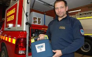 Brandchef Patrik Fredriksson visar Räddningstjänsten Rättviks defibrillator, en av 19 defibrillatorer i kommunen. Foto: Katarina Cham