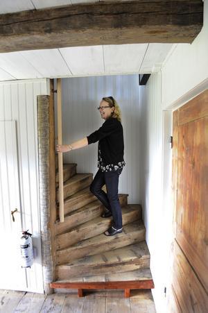 Trappen till övervåningen är kvar, liksom tapeten på stolpen. Paret Sjöström har bevarat så mycket som möjligt