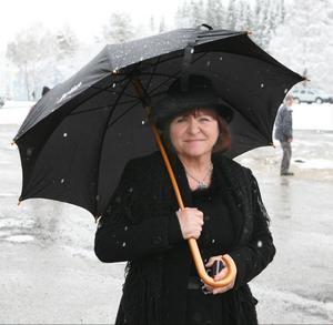 Anette Sundström från Sikås passade på att klä sig tidstypiskt när det var vårmarknad i Sikås under lördagen. Man firade att det är 100 år sedan järnvägssträckan mellan Östersund och Ulriksfors var färdigbyggd.