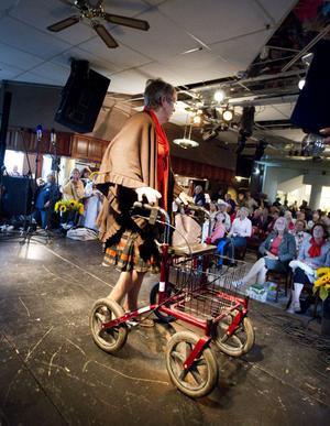 Kerstin Ekengren är mannekäng på Rollator-catwalken och visade upp kläder på seniordagen.