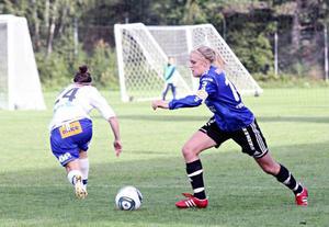 Anna Jonsson, till höger, återvänder till sin moderklubb Ope. ÖDFF-spelaren, som vi här ser under ett derby mot just Ope på Torvallen, är en jätteförstärkning på mittfältet.Arkivbild: Helena Modigh