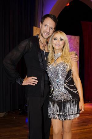 Nanne Grönvall dansar med Tobias Wallin.