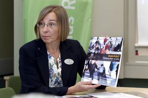 Karin Ahlgren, ordförande för Lärarnas Riksförbund i Gävle, visar upp den nya rapporten.