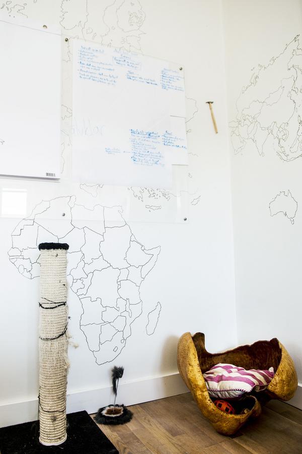 Paret projicerade och ritade världskartan på en vägg i vardagsrummet och på en skiva av plexiglas samlar de sina goda idéer.