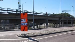 Under reparationen av motorvägsbron har Trafikverket lett om trafiken med så kallade tillfälliga vägmärken vid trafikomläggning. På tisdagen blåste en sådan skylt ned.