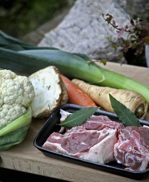 Ingredienser. Gotländsk lammsoppa kokas på rotsaker, lök och framdelskött från lamm.Foto: Dan Strandqvist.