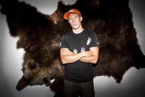 På vardagsrumsväggen hänger första björnen uppspikad, en bjässe på 290 kilo.