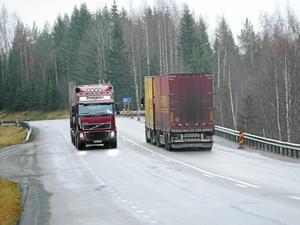 Om hela Sverige ska leva och växa – även för alla som bor utanför tullarna och norr om Dalälven, så kan man inte sätta krokben för vägtransporter som många gånger är det enda alternativet, skriver debattörerna.