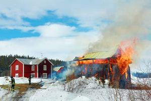 Den stora ladugårdsbyggnaden var helt övertänd när räddningstjänsten kom på plats.