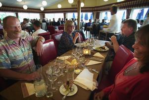 Festglada. Jan-Erik Lindström med sambon Susanne Hagman (närmast kameran) var två av de många som trivdes när restaurang Piren vid Väsmanstranden öppnades på onsdagen. Premiären innebar en mycket trevlig upplevelse för dem.