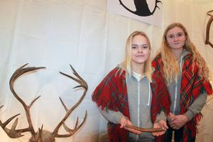 Sunna Rensberg och Emma Dahlqvist säljer renhorn som tuggben till hund i deras företag Rentugg-UF