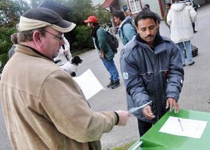 Tillförordnade kyrkoherden Lars Riberth delade ut kuvert med insamlade kontanter till bärplockarna.