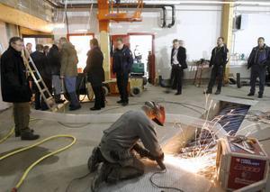 Arbetet i ishallen pågår för fullt. 2 januari är det slutbesiktning och fyra dagar senare spelas premiärmatchen.Foto: Håkan Persson