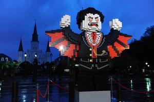 Officiellt Legobygge inför Halloweenfirande. Konstnären och aktivisten Ai Weiwei låter sig dock inte skrämmas av företagets vägran att sälja klossar till hans nya konstverk.