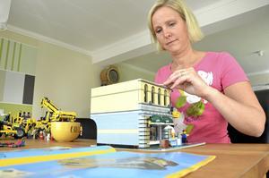 Hanna Fyrpihl från Gusselby utanför Lindesberg bygger lego.