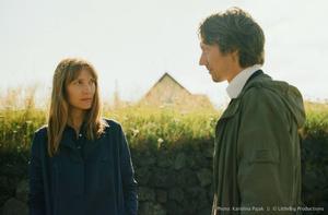 Enstöringen Lou (Moa Gammel) tvingas utmana sin motvilja mot mänsklig kontakt när flyttar till sin mormor och möter Henrik (Simon J Berger), i filmen