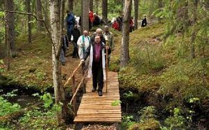 Ekotemplet invigdes med en gemensam vandring med biskop Söderberg i täten på pilgrimsleden till den nya naturkyrkan.FOTO: CHRISTER NYMAN
