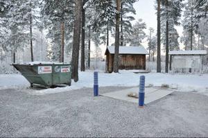 Vid rastplatsen på Storön i Sveg håller kommunen på att installera en nedgrävd sopbehållare.