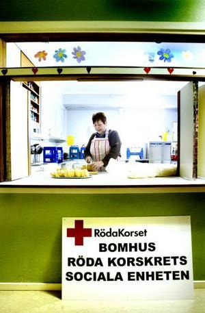 Barbro Hamrén skär upp rulltårtan i Korskyrkans kök.