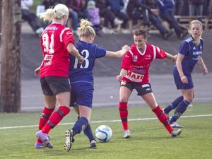 Maria Hagelberg och Lovisa Lundh hade bra koll på motståndet under den första halvleken.