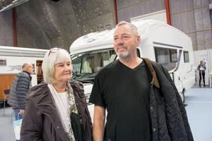 Kerstin och Leif Segerlind passade på att kolla in husbilarna på mässan.