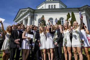 Själevadsskolans niondeklassare välkomnade sommarlovet och framtiden under måndagens avslutning.