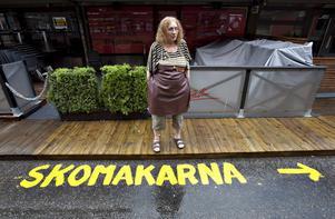 Rose-Marie Forsberg får sätta upp en skylt, men måste tvätta bort texten på gatan.
