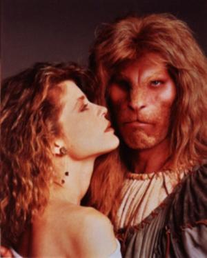 Linda Hamilton och Ron Perlman i tv-serien