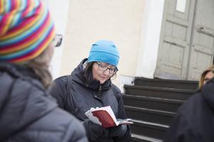 Vid varje stopp läser Malin Palmqvist upp ett eller ett par minnen från boken