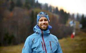 Klättraren och äventyraren Fredrik Sträng, Stockholm, arrangerar världens första tävling på hinderbana i vintertid. Detta sker i februari i Hammabybacken. Men nu vill han och Skistar att tävlingen tas till Åre. Först måste Fredrik Sträng se om det finns en lämplig plats på Åreskutan.