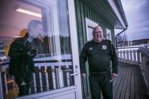 En av dem som abssolut kommer att fira Göte på hans bemärkelsedag är planskötaren och vaktmästaren Micke Olofsson. – Göte är fantastisk, utan honom skulle fotbollen stanna av i Krokom, säger han.