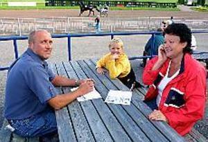 Foto: LEIF JÄDERBERGKul idé. Anders, Ingrid och Thomas Hörberg uppskattade initiativet med familjedag på Gävletravet. Både Ingrid och Thomas var där för första gången.