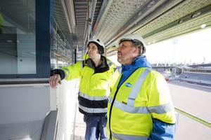 Mats Wennerbo från företaget Norisol rådgör med platschef Tommy Rickardt om isolering av en rörgenomföring.