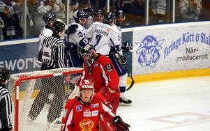 LEKSANDSGLÄDJE. Spelarna jublar efter Martin Karlssons 3–0-mål. Foto: Håkan Eriksson