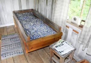 Sängen som Lars Theodor sov i, har fått nytt sängbolster, men fyllningen, två säckar halm, fanns väl bevarade bland hans saker.