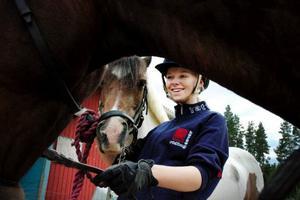 """För fyra år sedan kunde Alexandra Esbjörnsdotter inte rida ponnyn Kerstin. Hon var rädd och stressad. Om två månader ska de tävla i ponny-SM. """"Jag trodde aldrig att hon skulle kvala till SM, men det är jätteroligt att vi lyckades"""", säger Alexandra."""