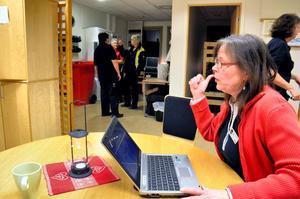 Inloggad. Jorun Knutsson med dator att logga in på kameran.