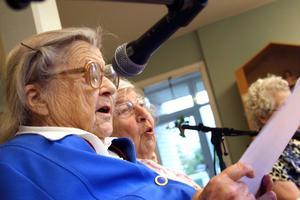 Tar i. Ethel Gustavsson och Maj Persson är två av medlemmarna i kören 80+. I veckan har de börjat spela in sin första skiva – men det blir inte den sista om de själva får välja.
