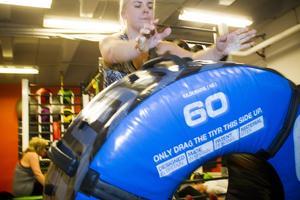 Att välta ett 60 kilos däck fram och tillbaka ger träning för många muskelgrupper.