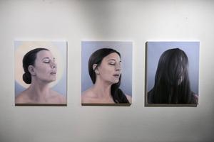 Ett självporträtt i form av en bildserie på tre bilder föreställande en orgasm.