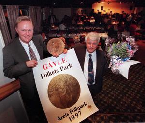 Åke Bengtsson och föreståndare Per Schönnings tar emot folkparksforums pris Årets folkpark. Det är 1997 och ännu glada dagar.