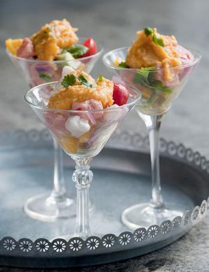 Ceviche med rökig sötpotatispuré är en delikat förrät att bjuda middagsgästerna på.
