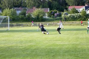 Emil Norell var bra i Hällbos mål. Här stoppar han Jean-Baptiste Baylac.