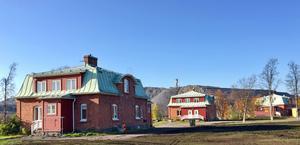 Arbetarbostäder på Gamla Bolagsområdet, framför gruvberget. Husen kallas Bläckhornshus för att formen påminner om gamla bläckhorn. Dessa hus ska rivas senast om två år och en stor park, Gruvstadspark, ska anläggas.