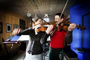 Det gäller att hållaformen dagsfärsk, därför ägnar Duo Gelland minst fem timmar om dagen åt att öva på sina fioler.