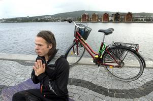 Hela Sundsvall cyklar anordnar cykelyoga. Peter Selander är yogainstruktör.