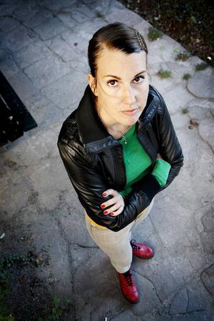 Journalisten Elinor Torp har fördjupat sig i frågor om arbetsmiljö och arbetsrätt. Nu har hon skrivit om socialsekreteraren Lasse Persson i Krokom vars öde skakat hela Jobbsverige.