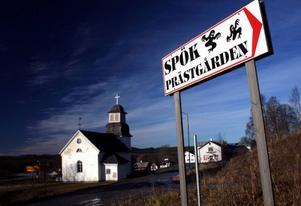 Många har vittnat om att det hänt egendomliga saker i den gamla prästgården i byn Borgvattnet i Östjämtland.  Den fungerar nu som hotell och kallas Spökprästgården. Skribenten Mattias Danielsson valde att testa en övernattning.Skyltarna visar vägen mot den spöklika prästgården.