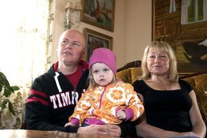 Göran Rönnquist Hudiksvall donerar en av sina njurar till sin syster Helen Rönnquist. Görans dotter Turid sitter i hans knä.