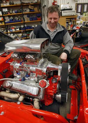 Roger Olsson ser över den stressade motorn.